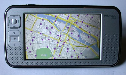 Photo de mon N800 avec Maemo Mapper affichant un plan de Paris avec les stations Vlib'